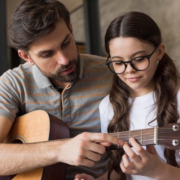 È dimostrato che i bambini che imparano a suonare uno strumento musicale, sviluppano in maniera più semplice abilità matematiche.